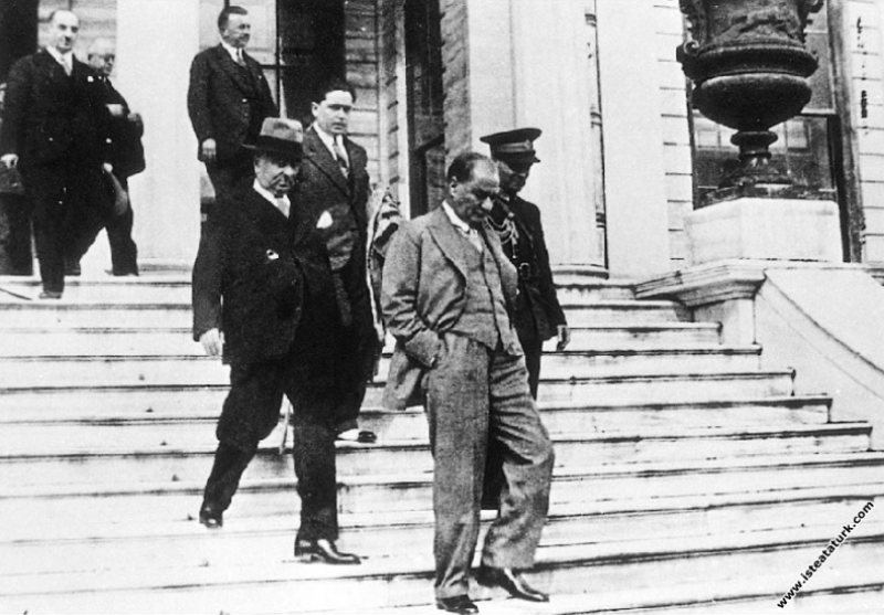 Mustafa Kemal Atatürk Dolmabahçe Sarayı'nda merdiv...