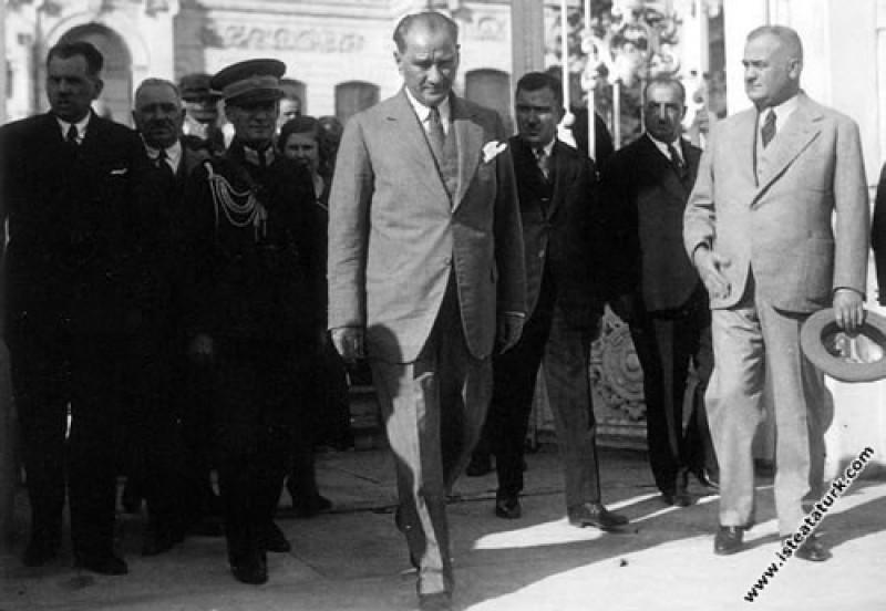 Mustafa Kemal Atatürk Dolmabahçe Sarayı'ndan çıkar...