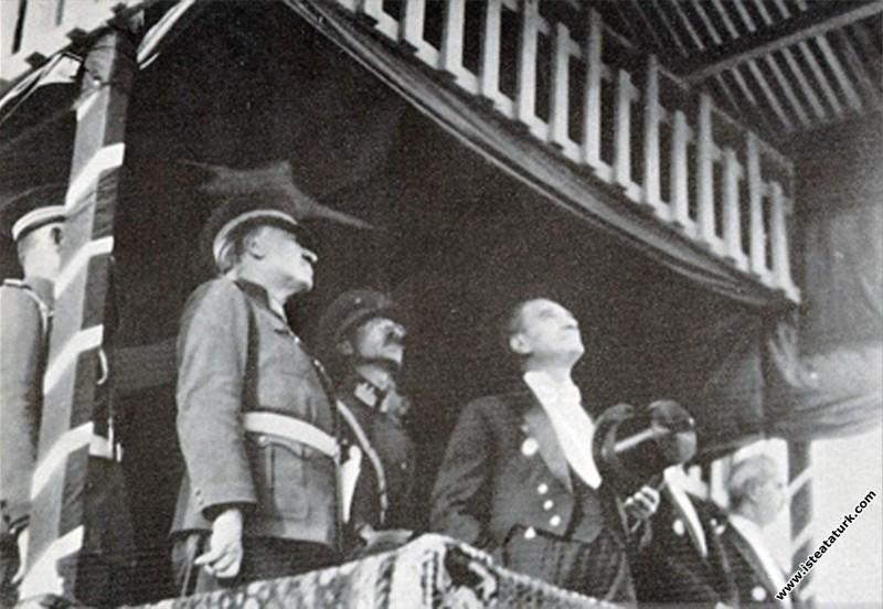 Mustafa Kemal Atatürk Cumhuriyet Bayramı'nda şeref...