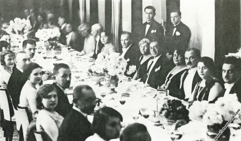 Mustafa Kemal Atatürk Cumhuriyet Balosu'nda yabanc...