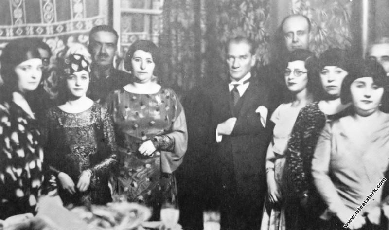 Mustafa Kemal Atatürk Mareşal Fevzi Çakmak'ın kızı...