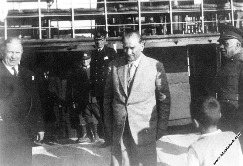 Mustafa Kemal Atatürk Çankaya Vapuru'na binerken, İzmir. (09.04.1934)