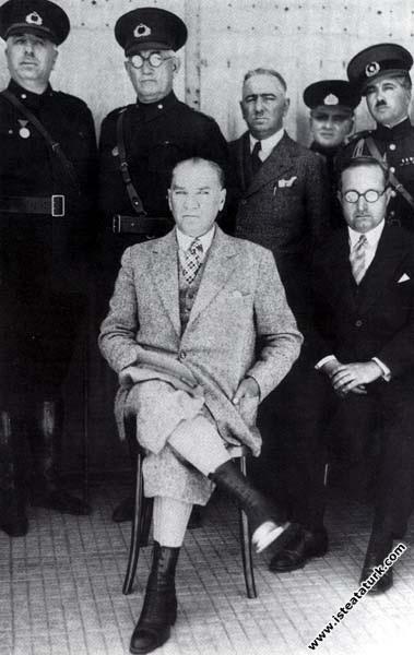 Mustafa Kemal Atatürk İzmir Menemen'de Piyade Alayı'nda. (09.04.1934)