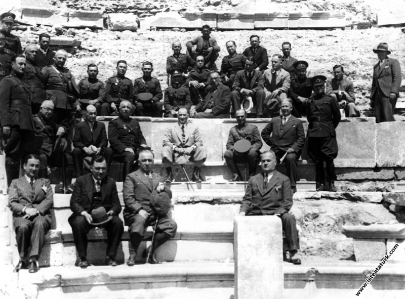 Mustafa Kemal Atatürk Bergama'da tatbikat kritiğin...