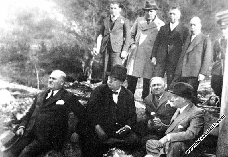 Mustafa Kemal Atatürk ve yanındakiler Balıkesir yo...