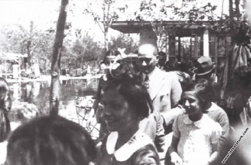 Mustafa Kemal Atatürk Gazi Orman Çiftliği'nde Ankara Kız Lisesi öğrencileri ile birlikte. (09.05.1934)