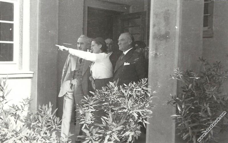Mustafa Kemal Atatürk Afet İnan'ın tarih öğretmenl...