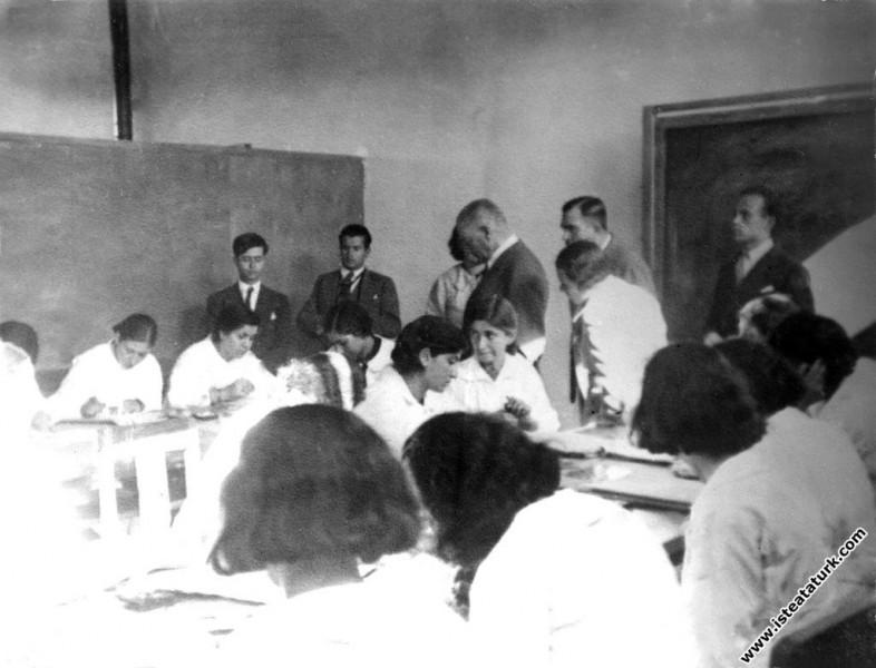 Mustafa Kemal Atatürk Ankara Kız Lise'sinde. (12.0...