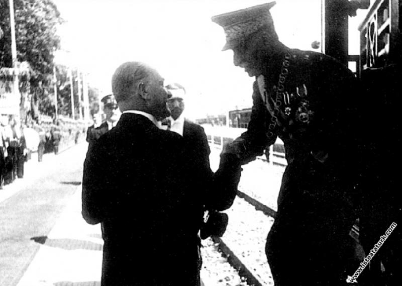 Mustafa Kemal Atatürk'ün İran Şahı Rıza Pehlevi'yi Ankara İstasyonu'nda karşılaması. (16.06.1934)
