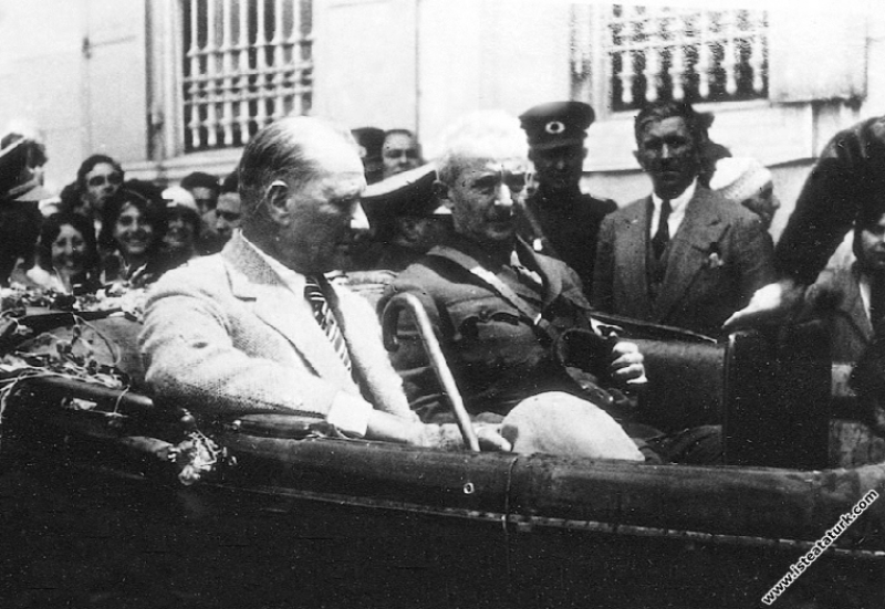 Mustafa Kemal Atatürk İsmet İnönü ile birlikte, İz...