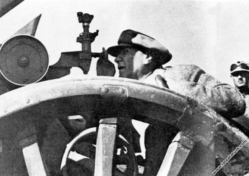 Mustafa Kemal Atatürk Çanakkale Boğazı'nda bir topçu erinin düzenlediği nişanı kontrol ederken. (25.06.1934)