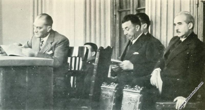 Mustafa Kemal Atatürk ve İsmet İnönü İstanbul'da toplanan II.Dil Kurultayı'nı izlerken. (18.08.1934)