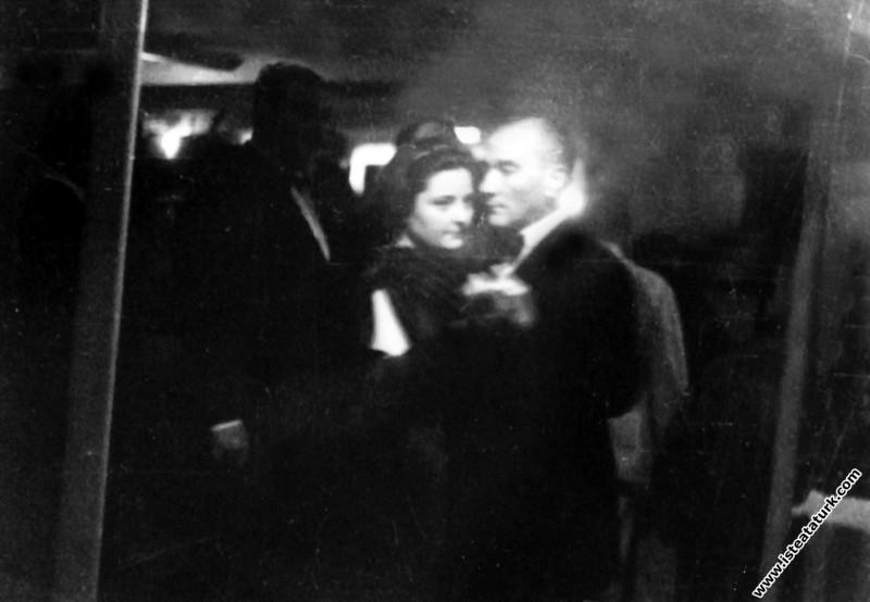 Mustafa Kemal Atatürk İş Bankasının kuruluşunun 10. Yıl kutlamaları'nda İzmir Vapuru'nda Afet İnan'la dans ederken. (26-27.08.1934)