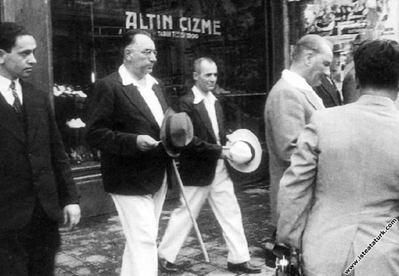 Mustafa Kemal Atatürk ayakkabılarını yaptırdığı Altın Çizme'den çıkarken, İstanbul. (05.09.1934)