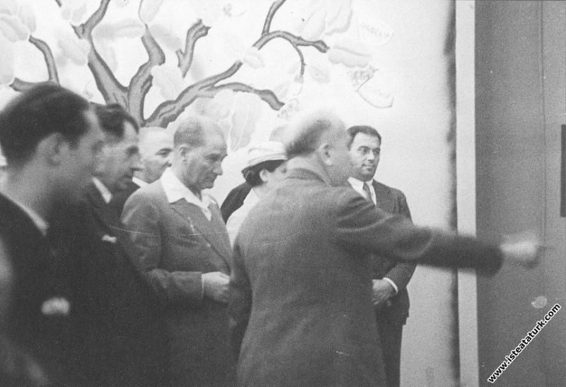 Mustafa Kemal Atatürk İstanbul'da açılan İş Bankası sergisinde. (12.09.1934)
