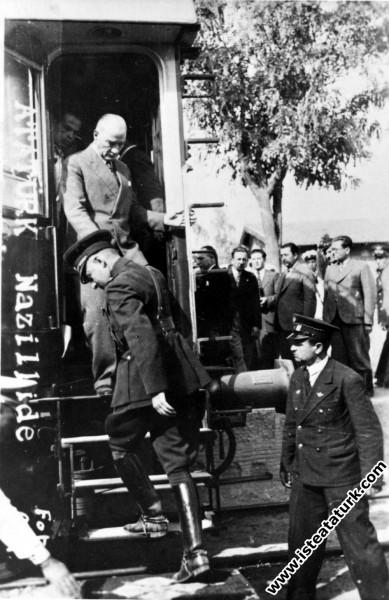 Mustafa Kemal Atatürk Sümerbank Nazilli Basma Fabrikası'nın açılışı için Nazilli'ye gelişinde, trenden inerken. (09.10.1937)