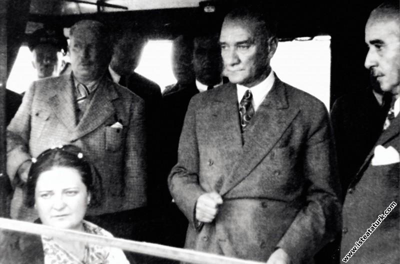 Mustafa Kemal Atatürk Sümerbank Nazilli Basma Fabrikası'nın açılışı için Nazilli'ye gelişinde, trende. (09.10.1937)