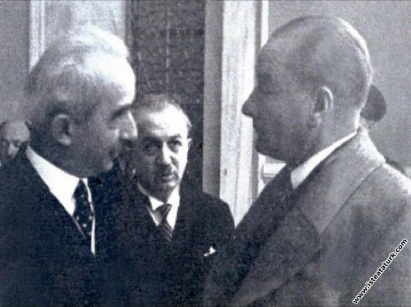 Mustafa Kemal Atatürk Afet İnan'ın Alaca Höyük kaz...