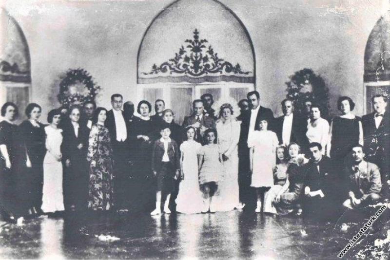 Mustafa Kemal Atatürk Ruhi Soyer ile Müftale Hanım'ın düğününde. (10.05.1936)