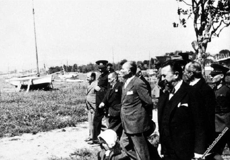 Mustafa Kemal Atatürk Fener yolunda beraberindekilerle yürüyüş yaparken, İstanbul. (17.05.1936)