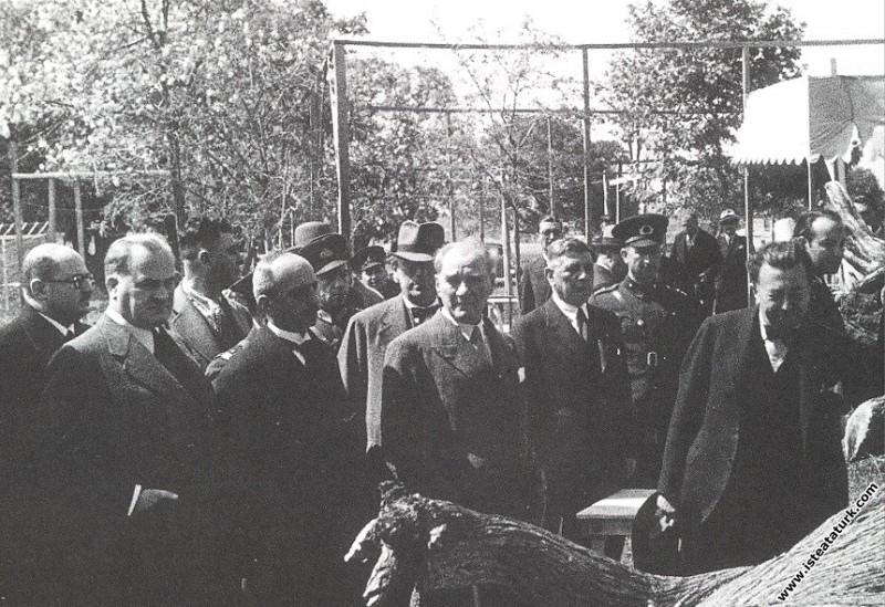Mustafa Kemal Atatürk Fener yolunda beraberindekil...