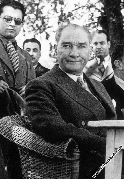 Mustafa Kemal Atatürk Fener yolunda bir kır kahves...