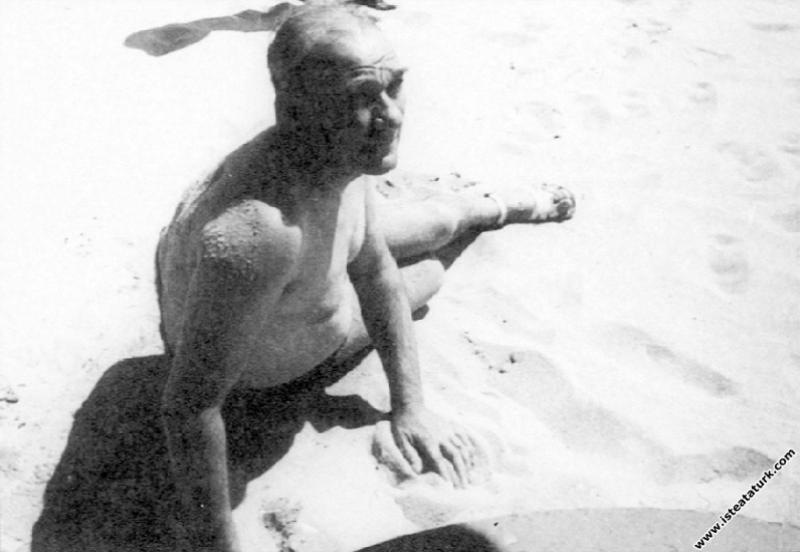 Mustafa Kemal Atatürk İstanbul Florya sahilinde ku...