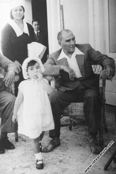 Mustafa Kemal Atatürk Florya'da manevi kızı Ülkü i...