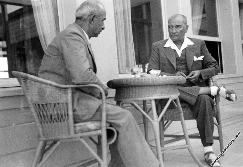 Mustafa Kemal Atatürk İsmet İnönü ile Florya'da so...