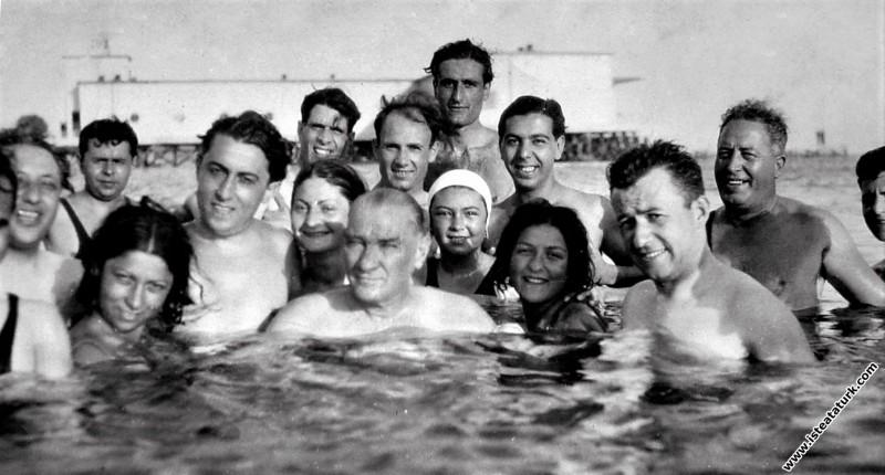 Mustafa Kemal Atatürk Florya'da denizde yüzerken g...