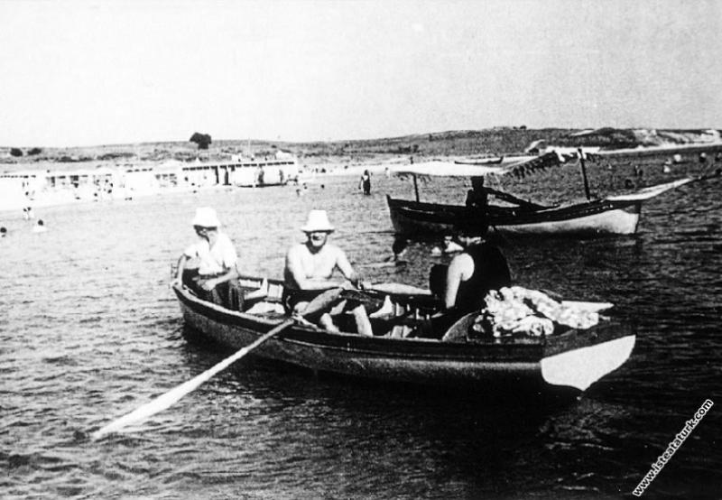 Mustafa Kemal Atatürk Florya'da tekne gezisinde. (...