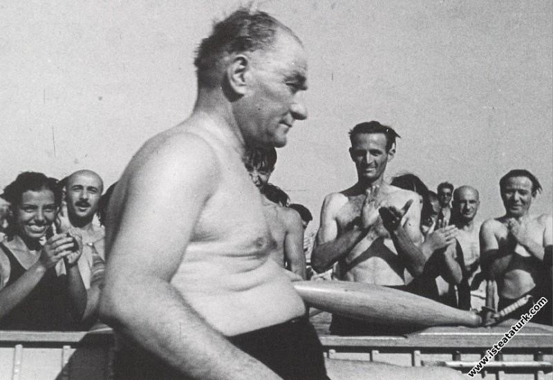 Mustafa Kemal Atatürk Florya'da tekne gezisinden s...