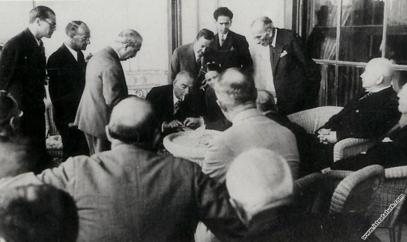 Mustafa Kemal Atatürk Dolmabahçe Sarayı'nda III. T...