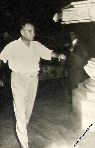 Beylerbeyi Sarayı'nda düzenlenen, Balkan Ülkeleri halk oyunları ekiplerinin katıldığı festivalde zeybek oynarken. (2-3.09.1936)
