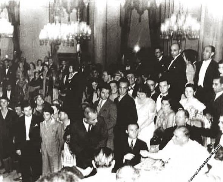 Mustafa Kemal Atatürk Beylerbeyi Sarayı'nda düzenlenen, Balkan Ülkeleri halk oyunları ekiplerinin katıldığı festivalde. (2-3.09.1936)