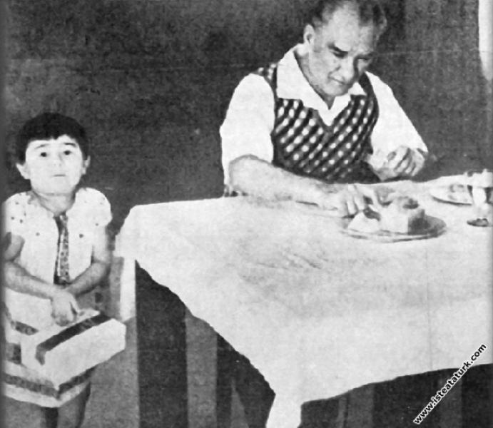 Mustafa Kemal Atatürk Florya'da Deniz Köşkü'nde ço...