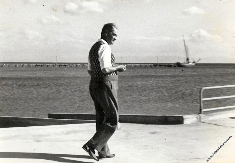 Mustafa Kemal Atatürk Florya'da Deniz Köşkü'nde, i...