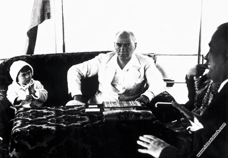 Mustafa Kemal Atatürk manevi kızı Ülkü ile Ertuğru...