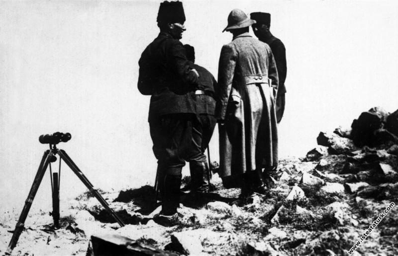 Başkomutan Mustafa Kemal, Büyük Taaruz sabahı Afyon Kocatepe'de. (26.08.1922)