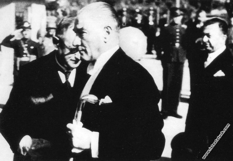 Mustafa Kemal Atatürk'ün TBMM'nin açılış törenine katılırken Abdülhamit Renda tarafından karşılanışı. (01.11.1936)