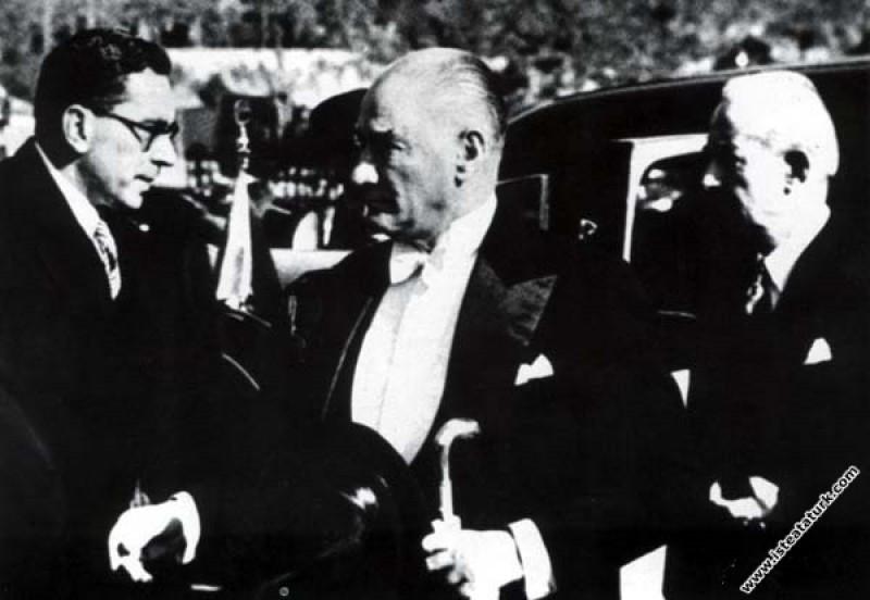 Mustafa Kemal Atatürk TBMM'nin açılış törenine katılırken Başbakan İnönü ile birlikte. (01.11.1936)
