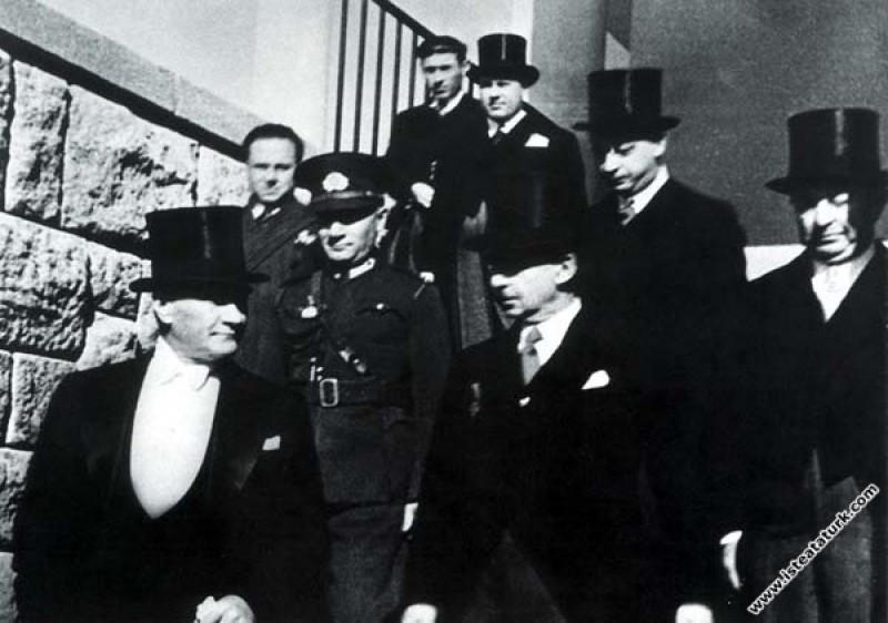 Mustafa Kemal Atatürk TBMM'nin yeni yasama yılına başlaması dolayısıyla düzenlenen törenlere katılırken. (01.11.1936)