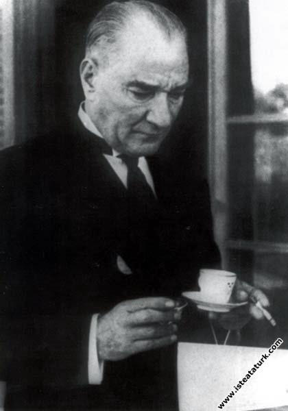 Mustafa Kemal Atatürk İsveç Elçiliği'nde verilen r...