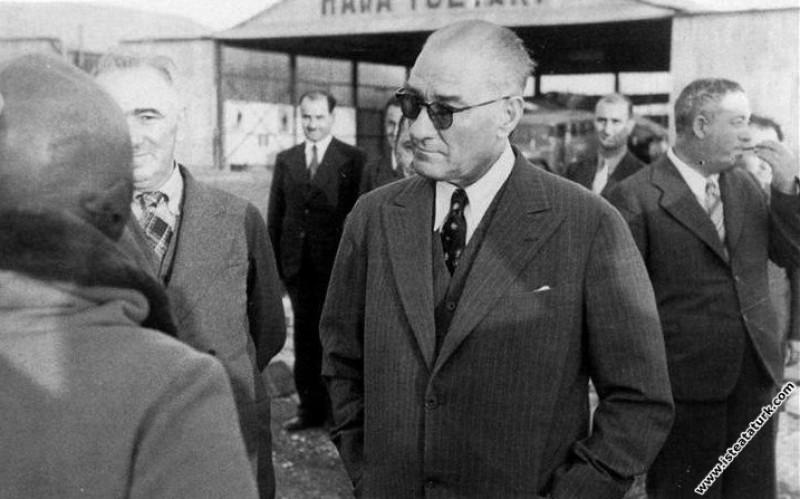 Mustafa Kemal Atatürk Salih Bozok ile birlikte, Yeşilköy Havalimanı. (1936)