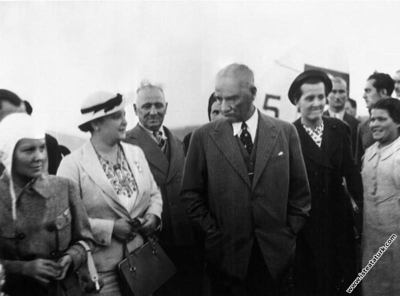 Mustafa Kemal Atatürk Salih Bozok, Afet İnan ve Sabiha Gökçen ile birlikte, Yeşilköy Havalimanı. (1936)