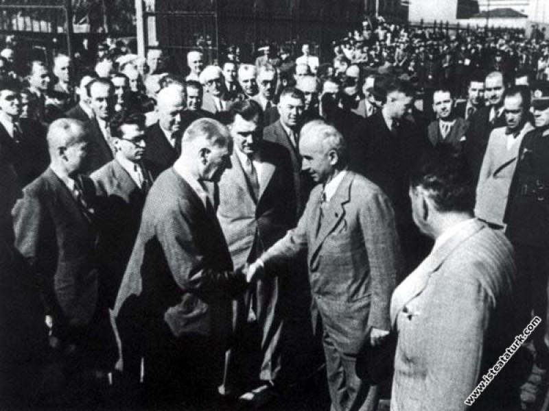 Mustafa Kemal Atatürk Ankara'ya dönecek olan Başbakan İnönü'yü, Karaköy Rıhtımı'ndan yolcu ederken. (1936)