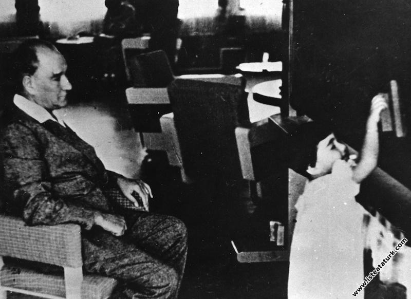 Mustafa Kemal Atatürk manevi kızı Ülkü ile, İstanbul. (1936)
