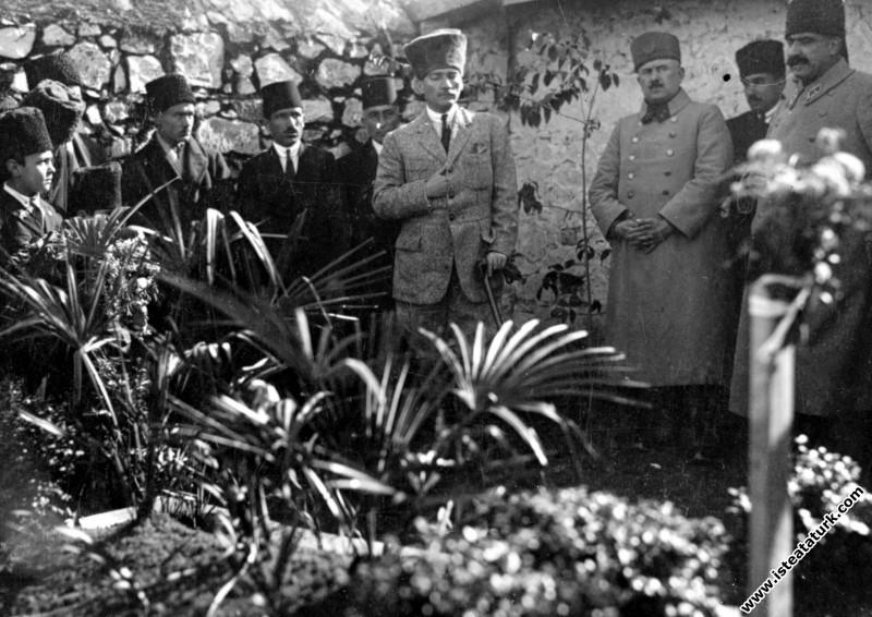 Başkomutan Mustafa Kemal, annesi Zübeyde Hanım'ın mezarını Mareşal Fevzi Çakmak ve Kazım Karabekir Paşa'larla ziyaret ediyor. (27.01.1923)