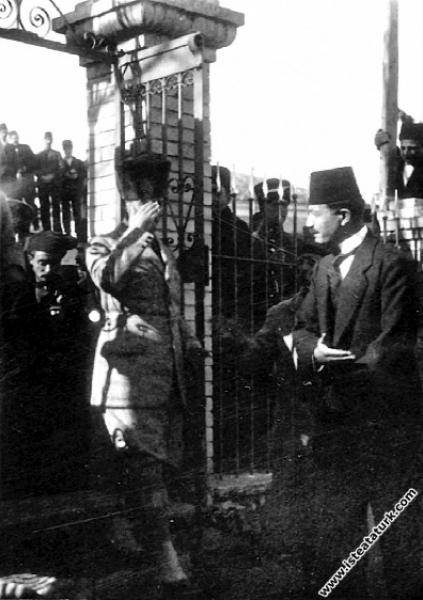 Başkomutan Mustafa Kemal, annesinin mezarının bulu...