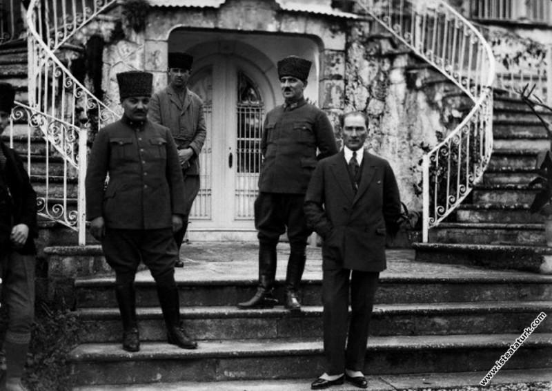 Başkomutan Mustafa Kemal, Uşakizade Köşkü'nün önün...